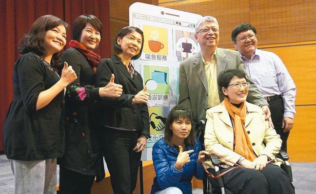 台北市勞動局今舉辦聘僱移工家庭安心支持計畫成果分享會,照顧者巫先生(右三)到場分...