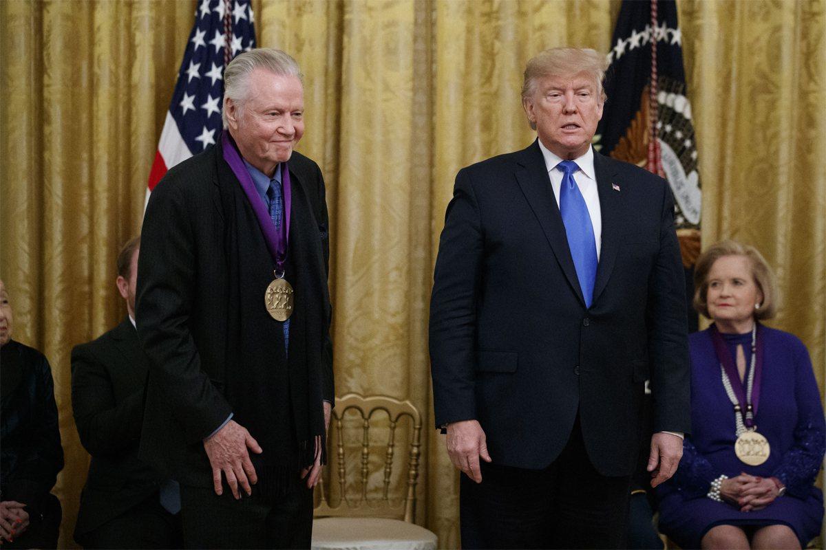 美國總統川普頒發國家藝術獎章給奧斯卡影帝強沃特(Jon Voight)。美聯社