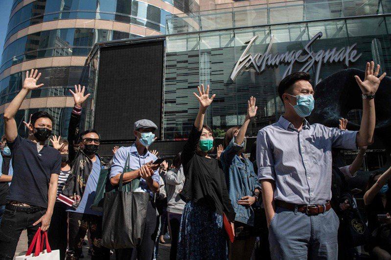 香港商業中心中環近期每逢午休時間,都有名為「和你lunch」的反送中集會。之前主要在畢打街舉行,今天則轉移到不遠處的交易廣場。圖/法新社