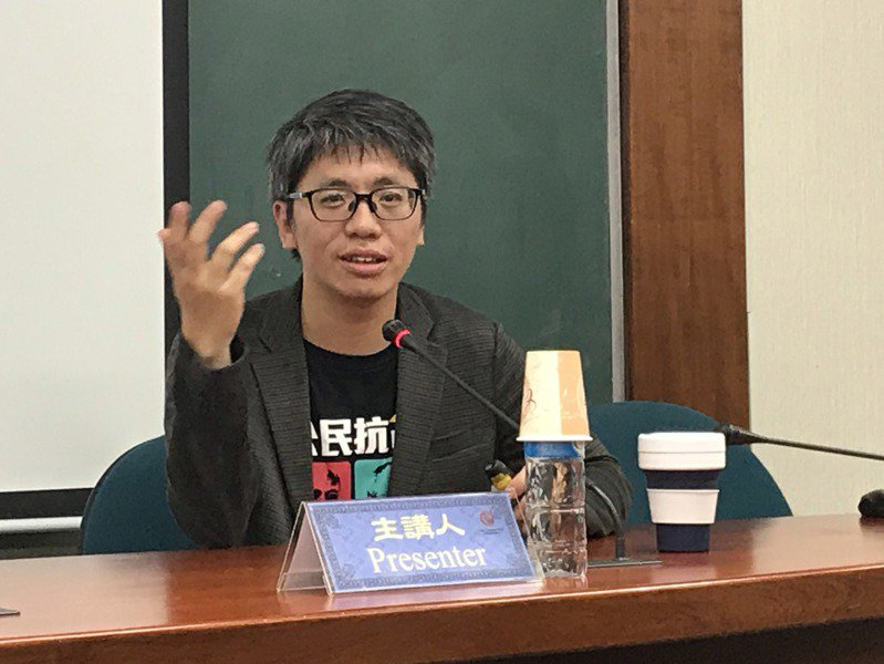 香港學者葉蔭聰22日在台北中研院演講分析,香港6月至今的抗爭,高舉「時代革命」旗幟,反映港人對體制的全面敵意,試圖自我創造政治認同。圖/中央社