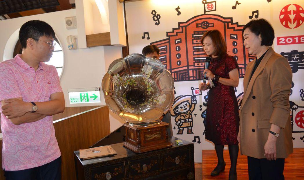 陳慧姝董事長(右一)觀看造型極具藝術風格的古倫美亞圓盤留聲機。 陳慧明/攝影
