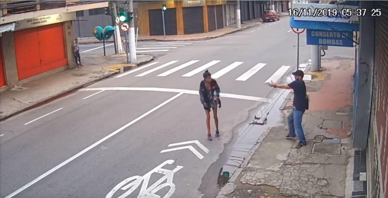 男子向齊爾達射擊。(Youtube影片截圖)