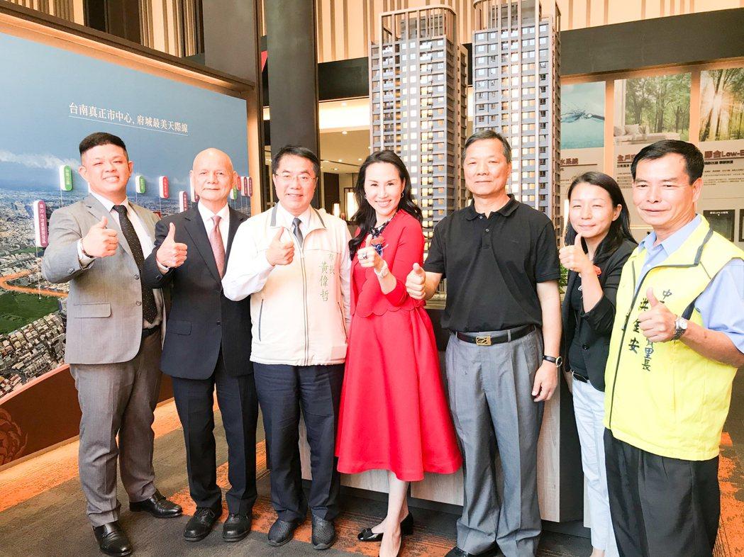台南市長黃偉哲(左三)參加「遠雄頂美」公開儀式,對遠雄提供優質住家予以肯定。遠雄...