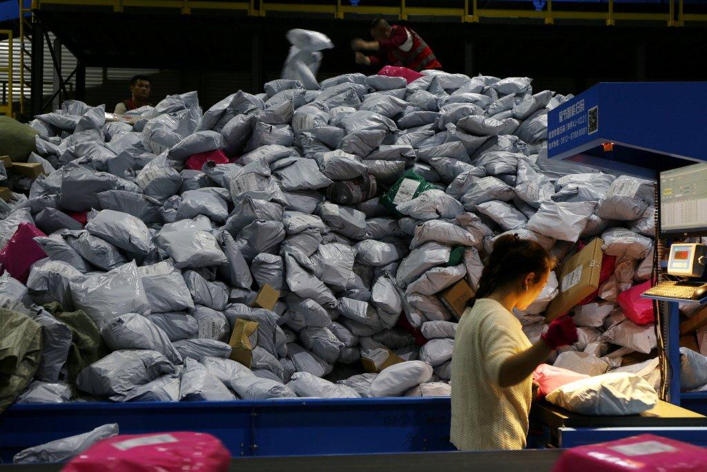 為了單一個人包裹的長途運輸,勢必要消耗更多紙箱與內塞緩衝物來包裝,這也造成更龐大的包裝浪費。 圖/路透社