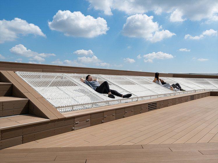 Shibuya Sky的獨特「雲裳吊床(Cloud hammock)」設計,讓遊...