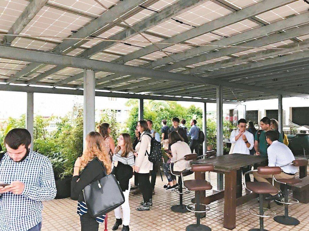 博仲斥資百萬搭建太陽能板,供給事務所近兩成的用電量。 圖/博仲提供