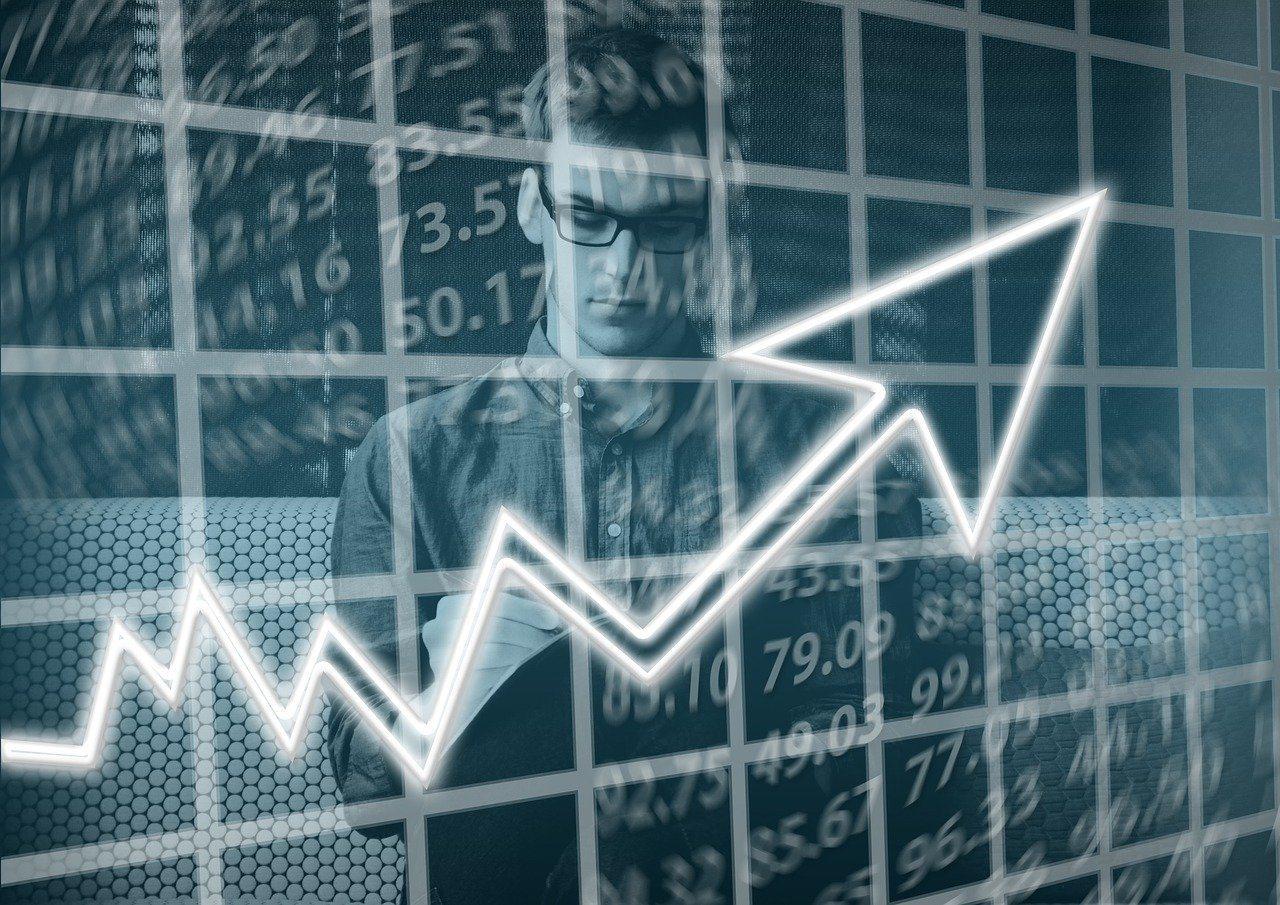 對想存退休金的族群來說,選擇抱股不賣,不受股價漲跌短期進出,較為穩健。 圖/pi...