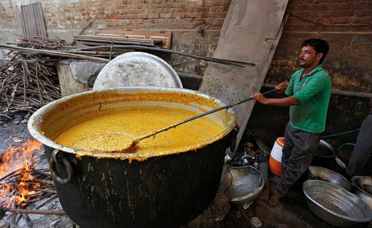 3歲男童跌入印度當地料理「桑巴湯(Sambar)」的熱鍋中,遭活活煮熟慘死。圖擷...