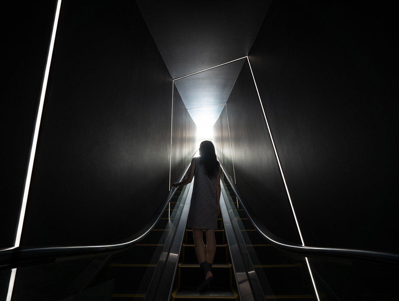 從45樓上升到46樓的手扶梯「導引之光(Leading Line)」極富設計感,...
