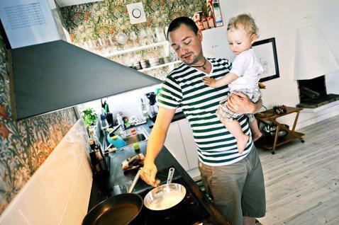 當個快樂的奶爸或家庭主夫,在瑞典當然也是一種「真男人」。圖為示意圖。 圖/美聯社