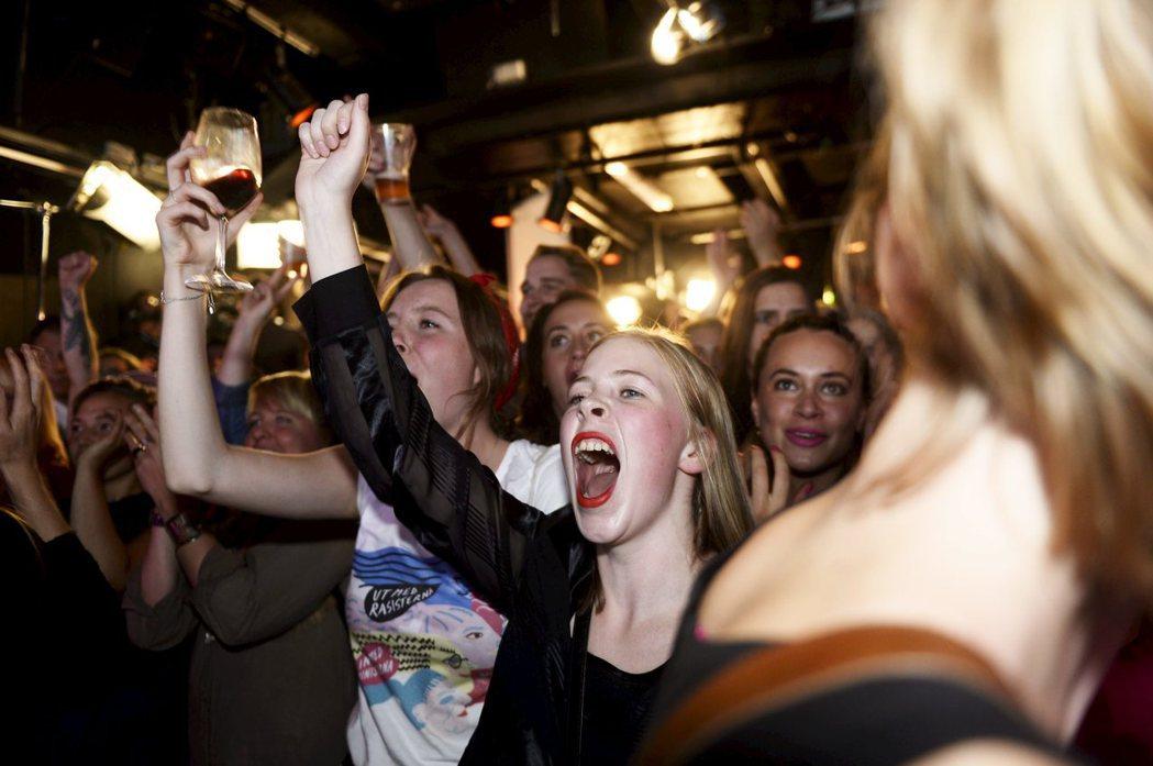 圖為瑞典「女性主義行動先鋒黨」(FI)2014年首次闖進國會,支持者歡呼。瑞典以...