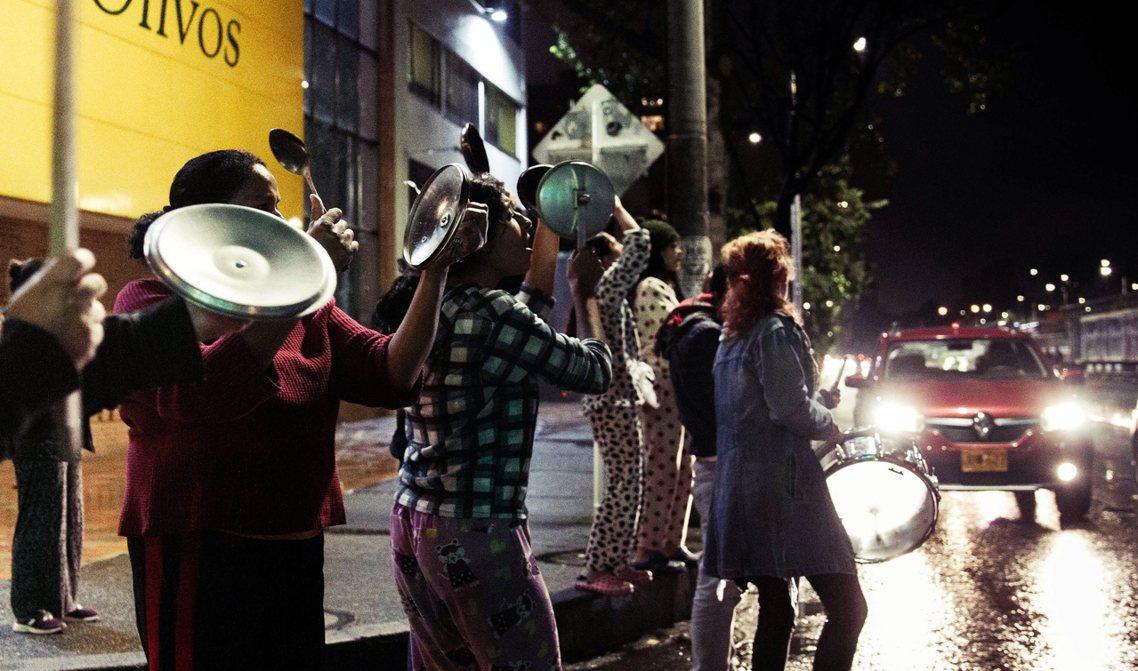 在爆發示威抗爭的城市巷弄,也會有居民拿出鍋碗瓢盆等器具,敲打發出聲響,以此表達支...