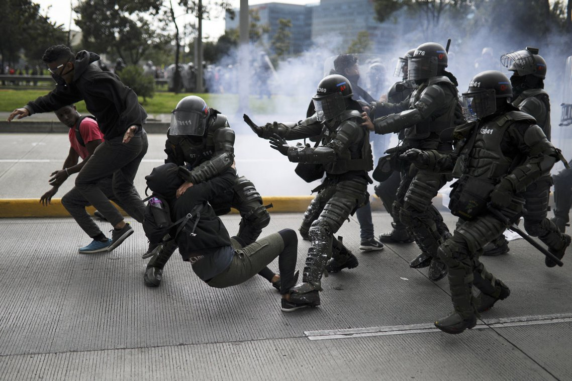 ;各地的示威者們也開始封鎖交通要道、破壞公車,警方也以催淚彈驅離,抗爭情緒加劇之...