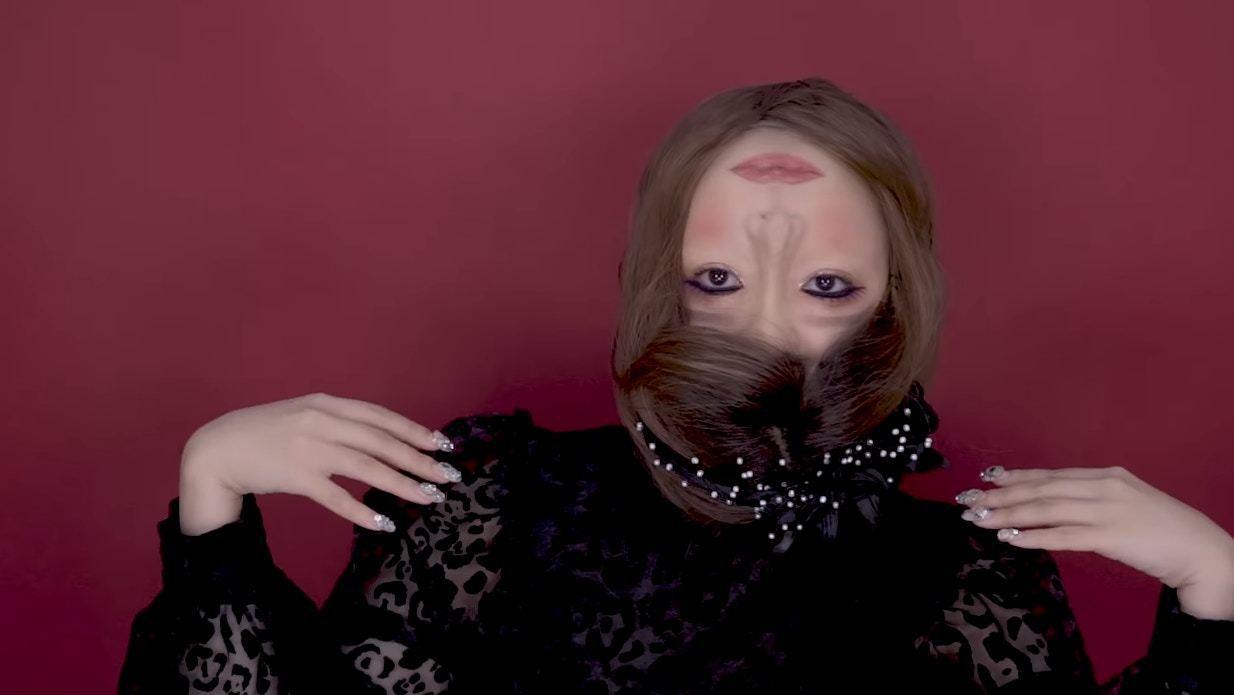 韓國知名YouTuber「회사원A」將自己的樣子化妝成上下顛倒,猶如頭被扭成倒轉...