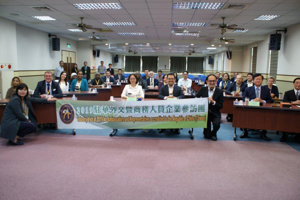駐華外交及商務人員企業參訪團一行,參訪台灣「車用電子智能生產」指標廠車王電子。 ...