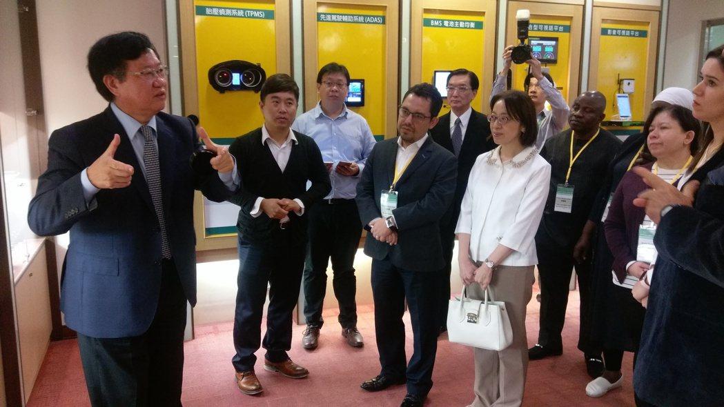 車王電子董事長蔡裕慶(左一)全程親自為到訪的駐華使節團簡報。  吳青常/攝影