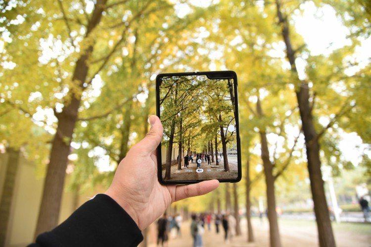 三星Galaxy Fold擁有六顆攝像頭(外螢幕前置一顆,內螢幕前置兩顆,後置三顆)圖/取自PingWest 品玩