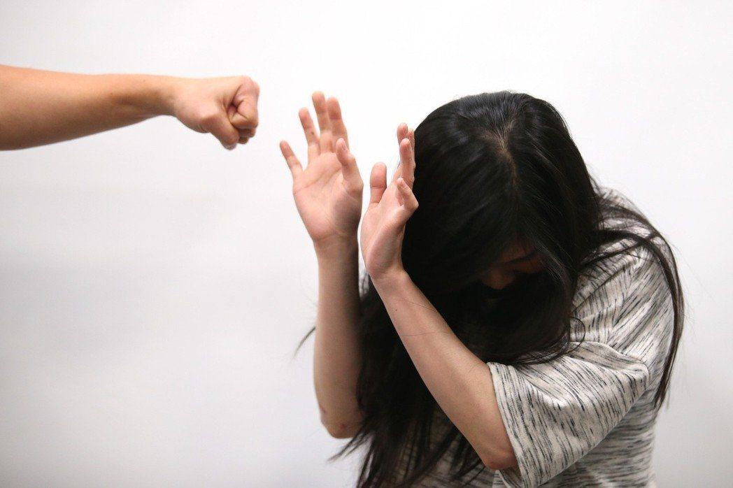 高雄吳姓男子吸毒後涉攀爬侵入隔壁住宅行竊,更意圖性侵熟睡中的婦人,不料婦人告知「...