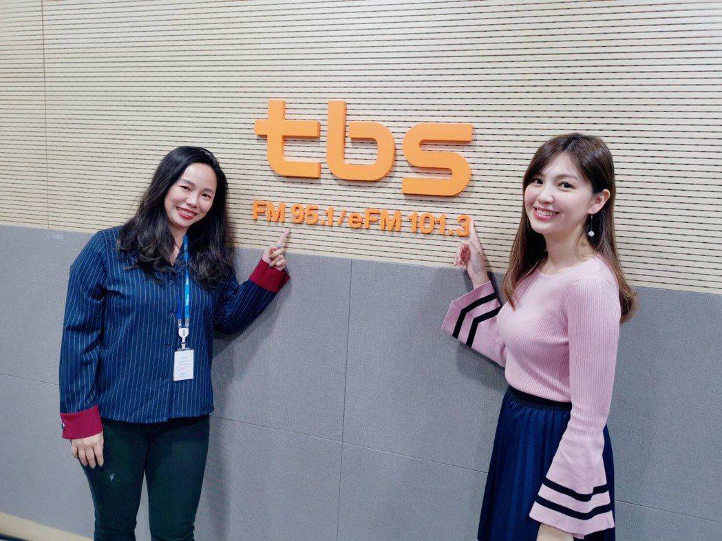 簡懿佳(右)接受韓國電台「Super Radio 訪談錄」主持人Fion的訪談。...