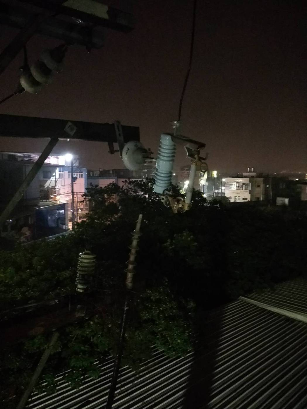 新竹地區昨晚因強風造新竹縣市2條供電饋線斷線,6千多戶停電,台電漏夜搶修,深夜1...