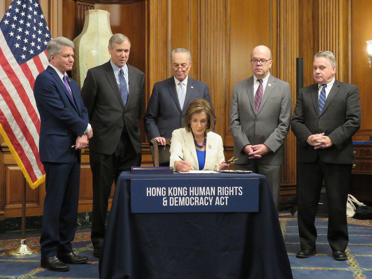 美國國會通過「香港人權與民主法案」與「保護香港法案」後,眾議院議長波洛西(中)2...