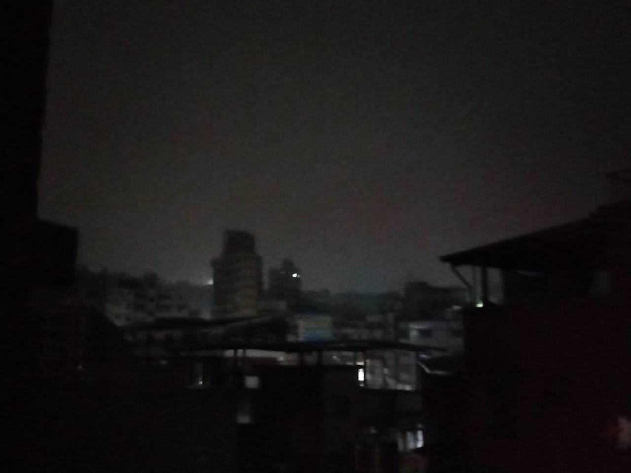 基隆今晚有間歇性大雨,圖為市區下雨情景。記者游明煌/攝影