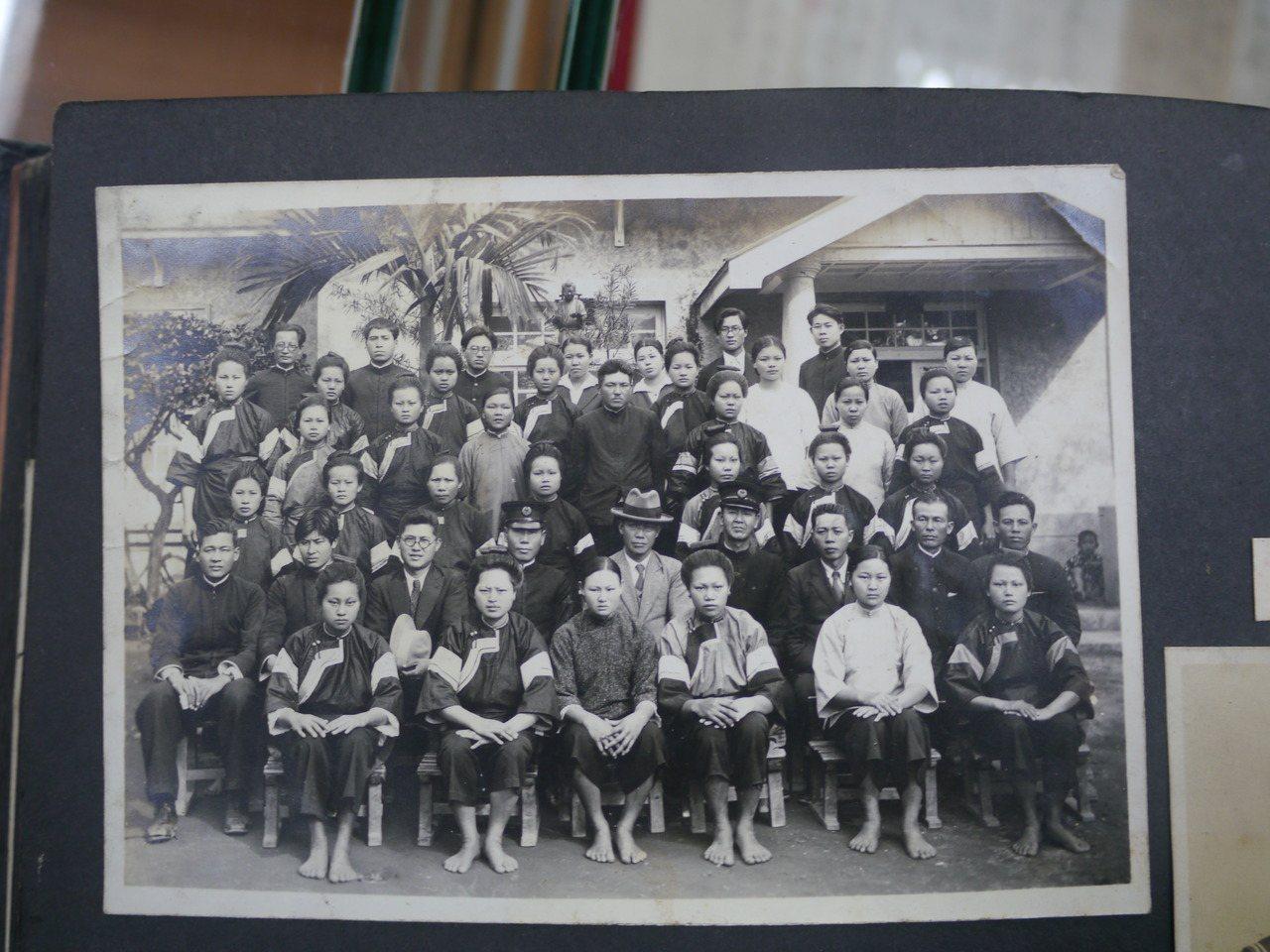 相簿照片之一,圖中女學生穿著客家藍衫。記者徐白櫻/翻攝