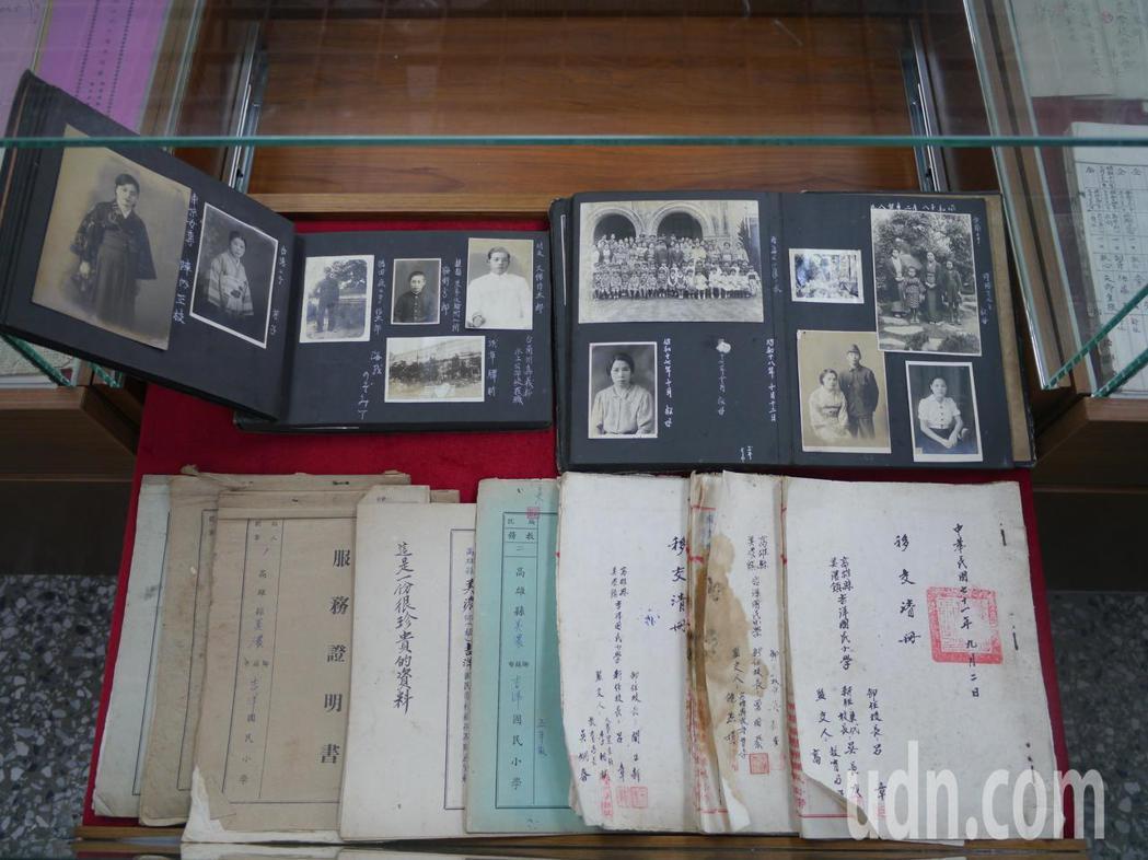 小池芳子家人捐贈給高市吉洋國小的珍貴史料。記者徐白櫻/攝影