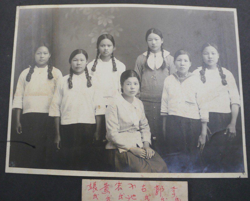 日籍老師小池芳子(中坐者)曾任教於高市吉洋公學校(吉洋國小前身),相簿留下多張她...