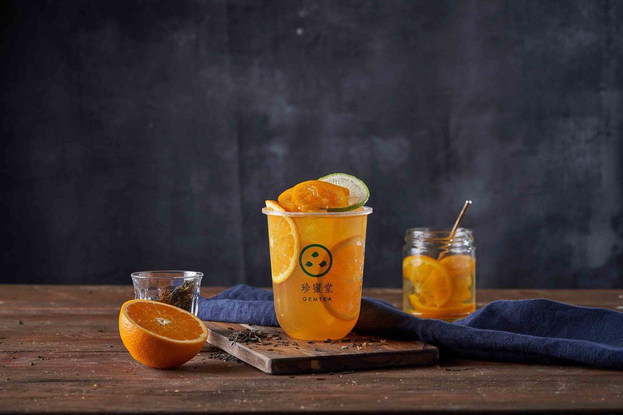 「檸檬萃綠漬柳橙」,是以緣茶為基底的風味茶,搭配新鮮的柳橙片與慢火蜜漬的柳橙,保...