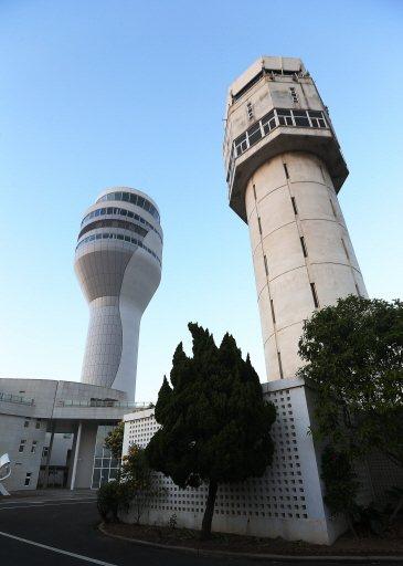 桃園機場新塔台(左)與舊塔台(右)。  本報資料照片