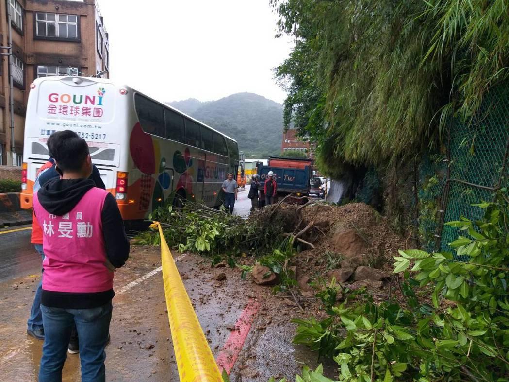 基隆市源遠路旁山壁今早有土石崩落,幸無人車通過,未造成傷亡。市府工務處表示會先清...