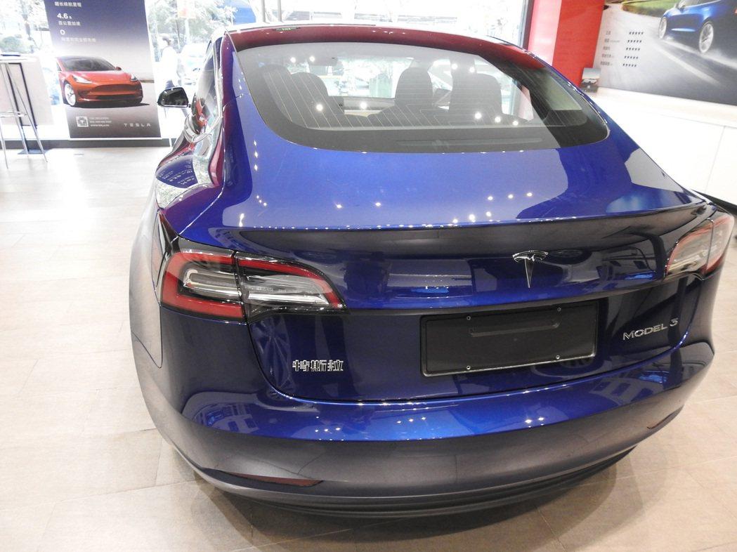 Model 3車尾有「特斯拉」三字。特派記者林宸誼/攝影