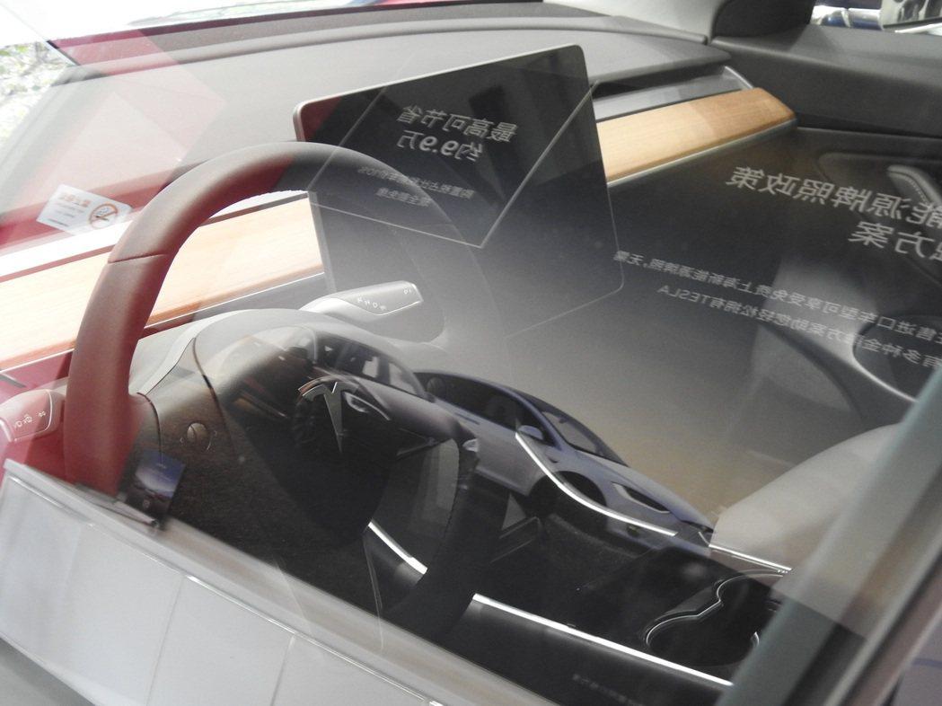 Model 3系列取消了傳統汽車儀表板、按鈕和開關,所有按鍵整合到15吋的中央觸...