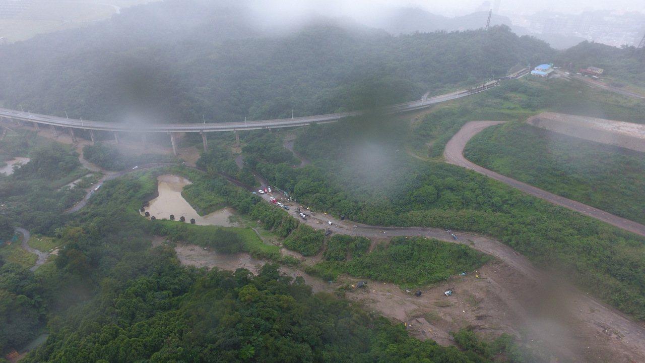 不敵豪大雨侵襲,月眉土資場管制站不見了,地磅被土石淹了,市府下令即日起停止營業,...