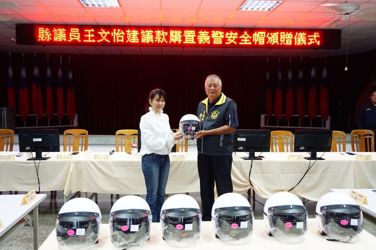 台東縣義警大隊台東中隊獲贈最新款式3/4罩式安全帽,由中隊長劉萬貴(右)代表受贈...