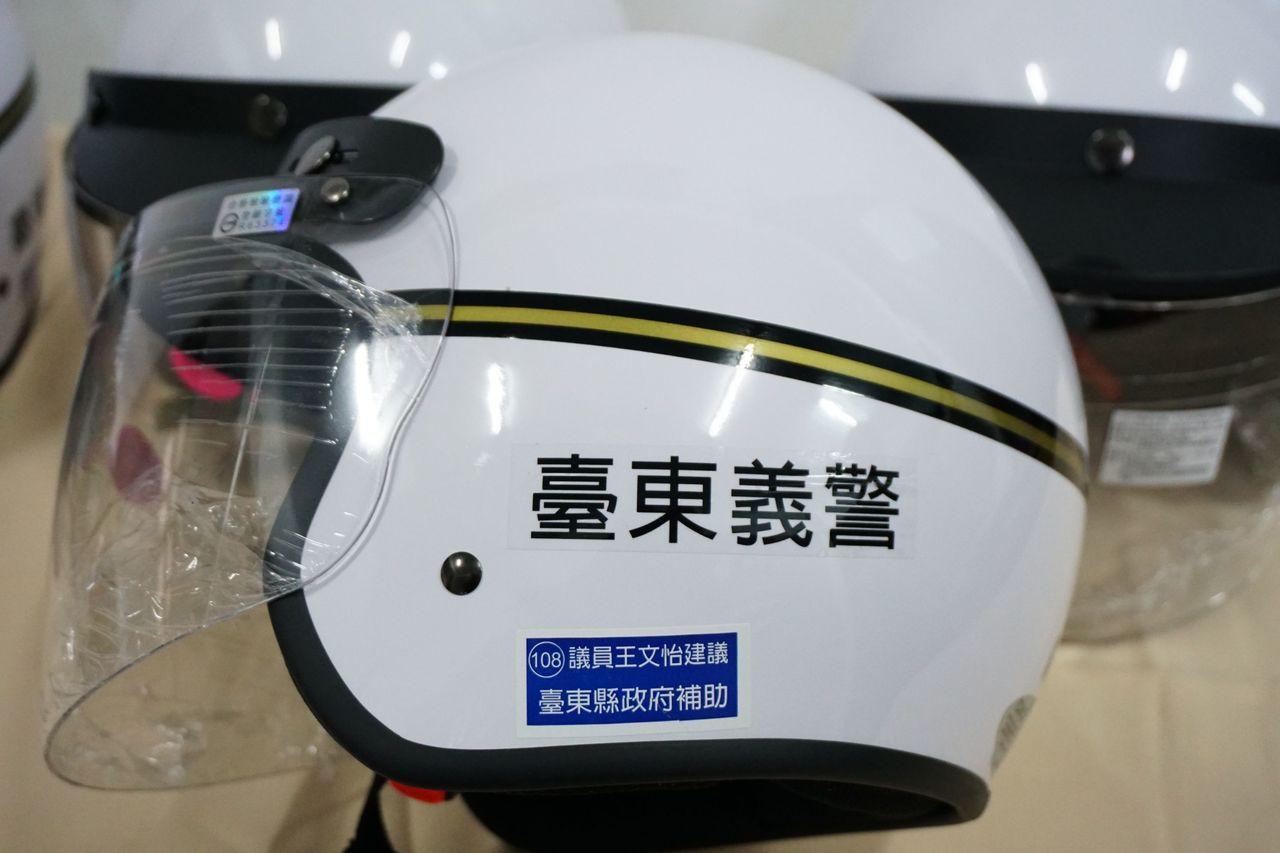 最新款式3/4罩式安全帽,規格較以往半罩式安全係數高。圖/台東警分局提供