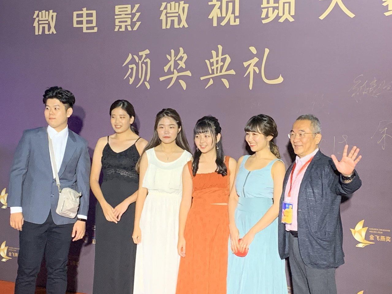 亞洲大學張建人教授率領團隊於紅毯前留影。記者 許玉娟/攝影