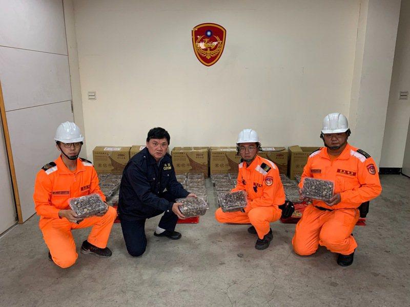 第九岸巡隊料羅商港安檢所人員在進行貨物拆檢時,意外查獲新式偽裝麻花捲袋藏香菇手法企圖輸台。圖/金門岸巡隊提供