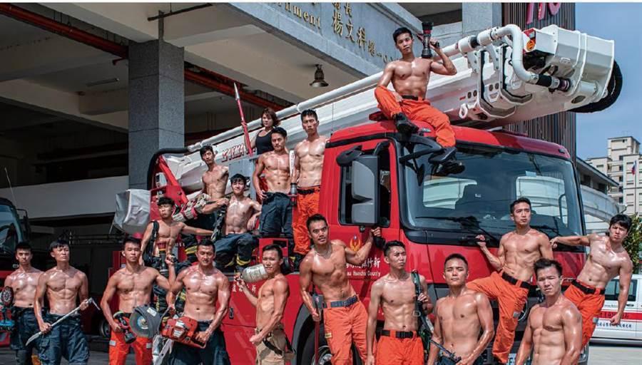 新竹縣消防局表示,這次的月曆「麻豆」有17名猛男及1名正妹。圖/新竹縣消防局提供