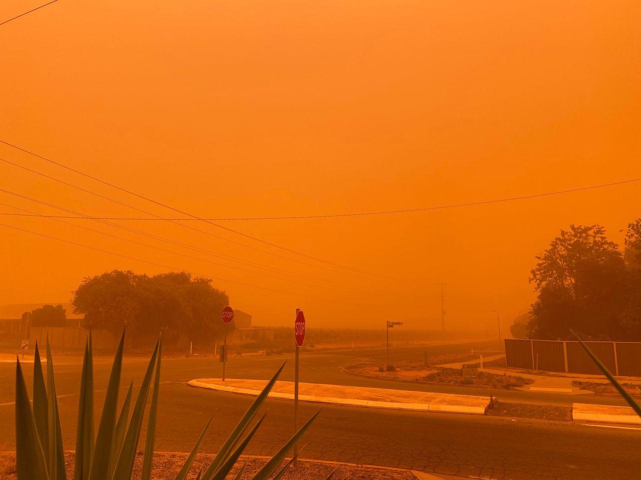 澳洲維多利亞省小鎮米爾杜拉(Mildura)周四遭受沙塵暴侵襲,天空化為一片橘紅...