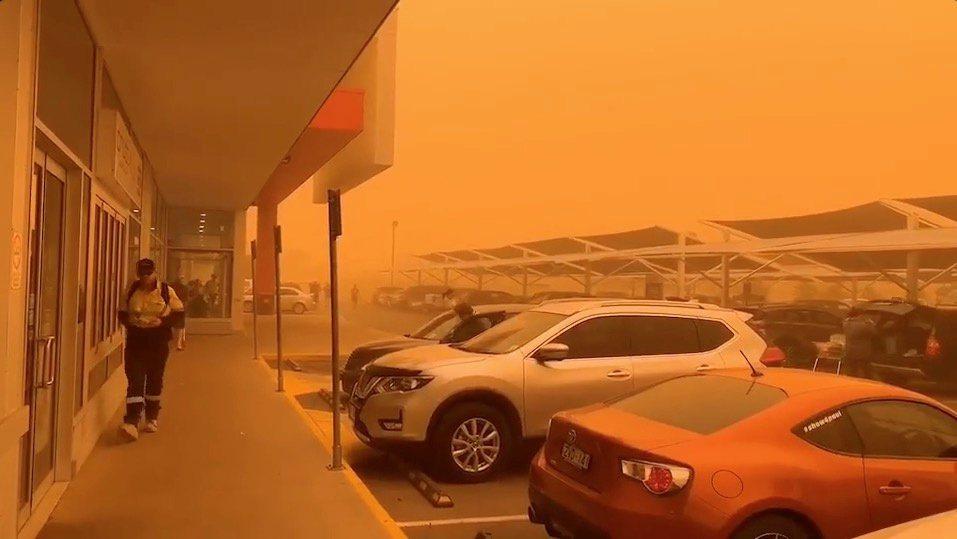 21日中午左右,沙塵伴隨著時速40公里的強風及逼近攝氏40度的高溫襲向米爾杜拉。...