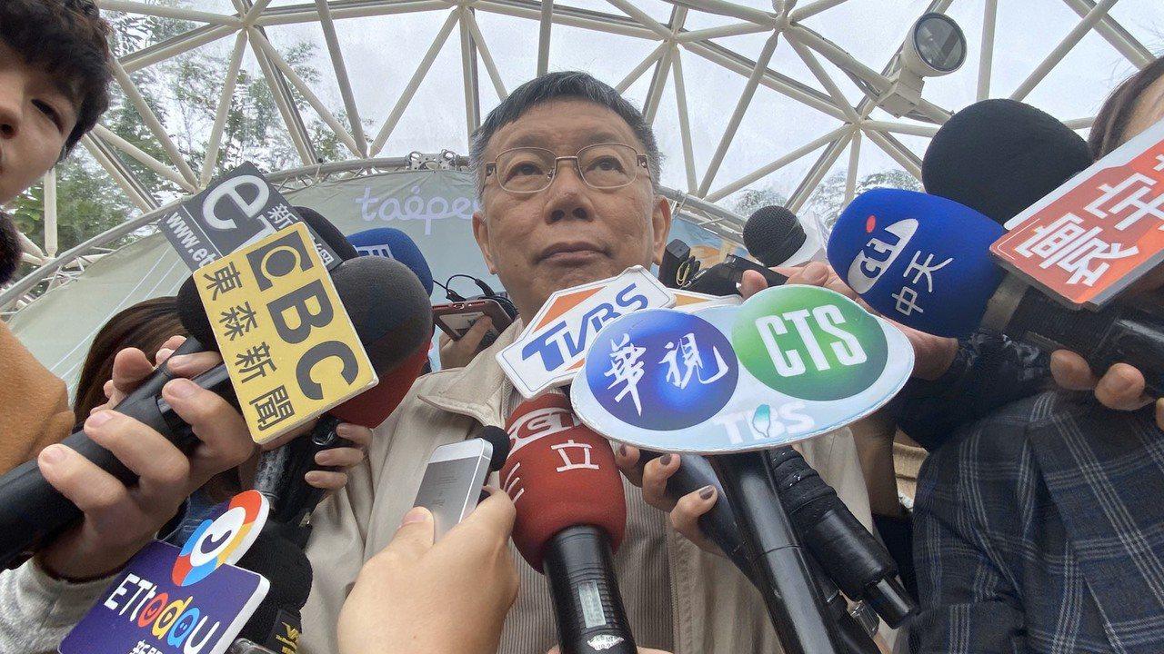 台北市長柯文哲上午出席台北士林官邸菊展開幕活動,會前接受媒體聯訪。記者魏莨伊/攝...