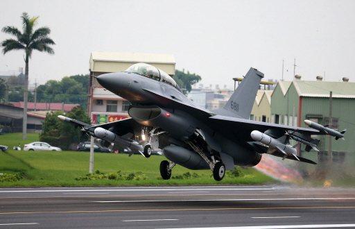漢光35號演習五月間在彰化國道戰備道操演緊急起降,F-16完成油彈整補作業後,從...