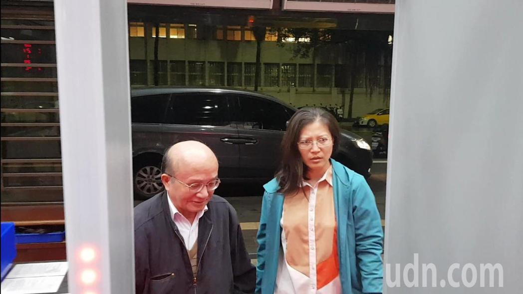政德製藥林姓女主管(右)因替負責人李成輝(左)遭約談。記者張宏業/攝影