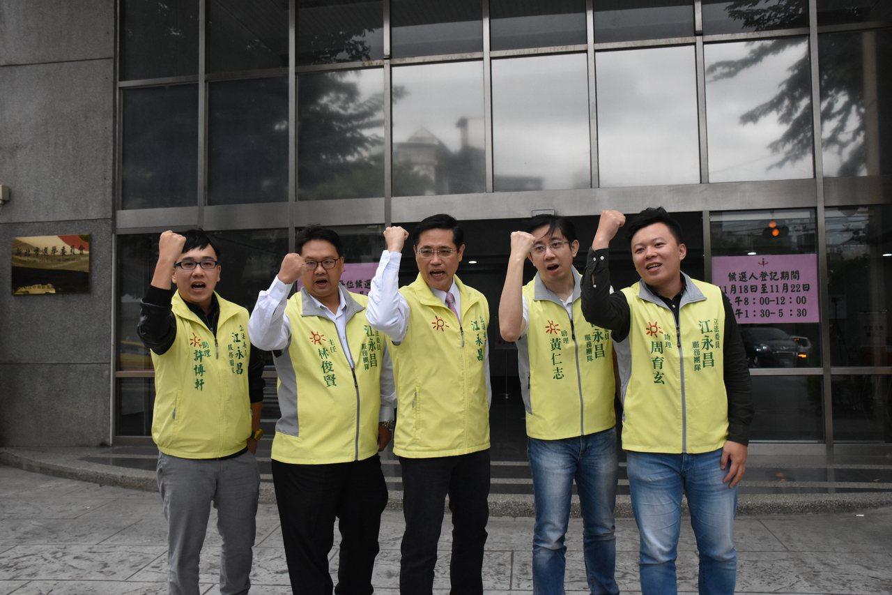 民進黨立委參選人江永昌(左三)表示,會用過去3年半的成績,爭取選民支持。圖/江永...