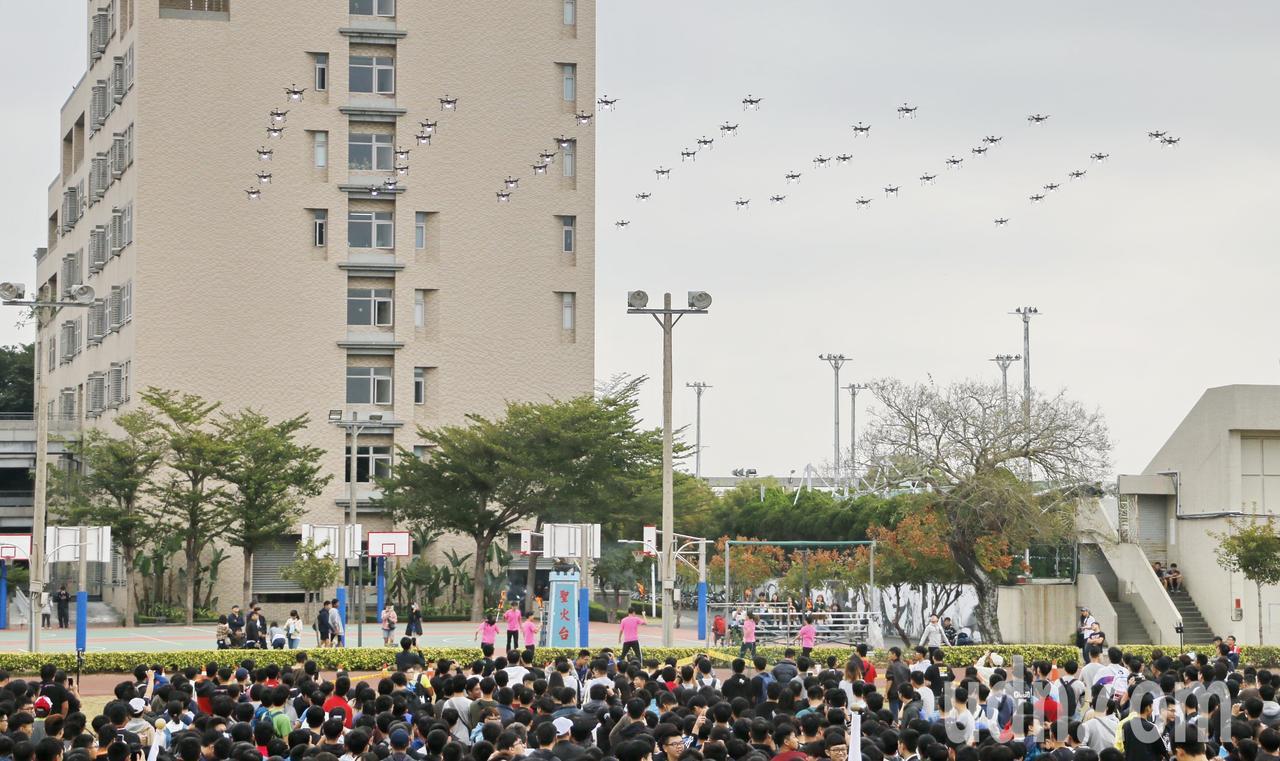 虎科大無人機隊升空為學校生日獻上祝福。記者蔡維斌/攝影