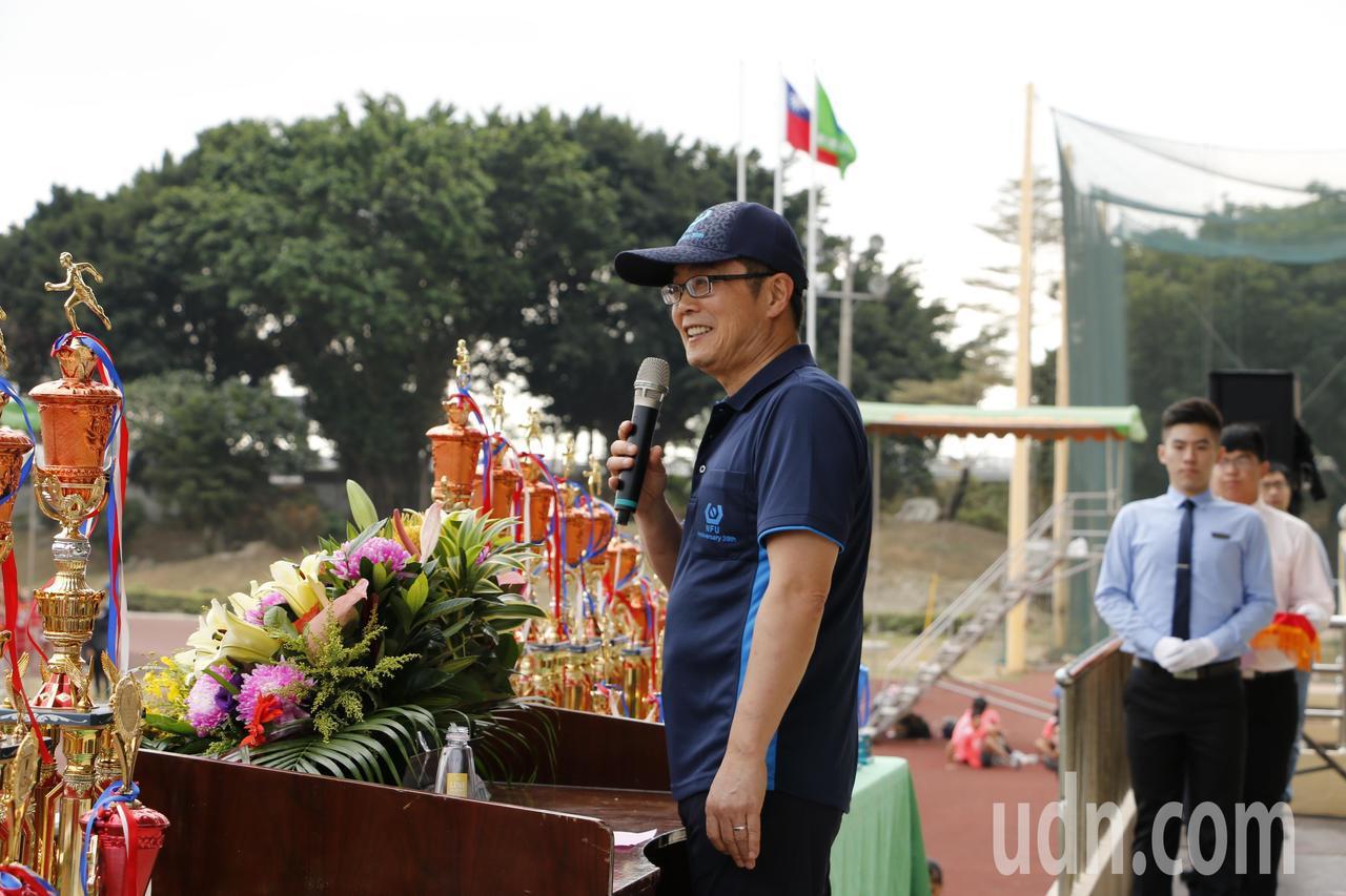校長覺文郁在校慶運動會開幕典禮細說校務發展現況。記者蔡維斌/攝影