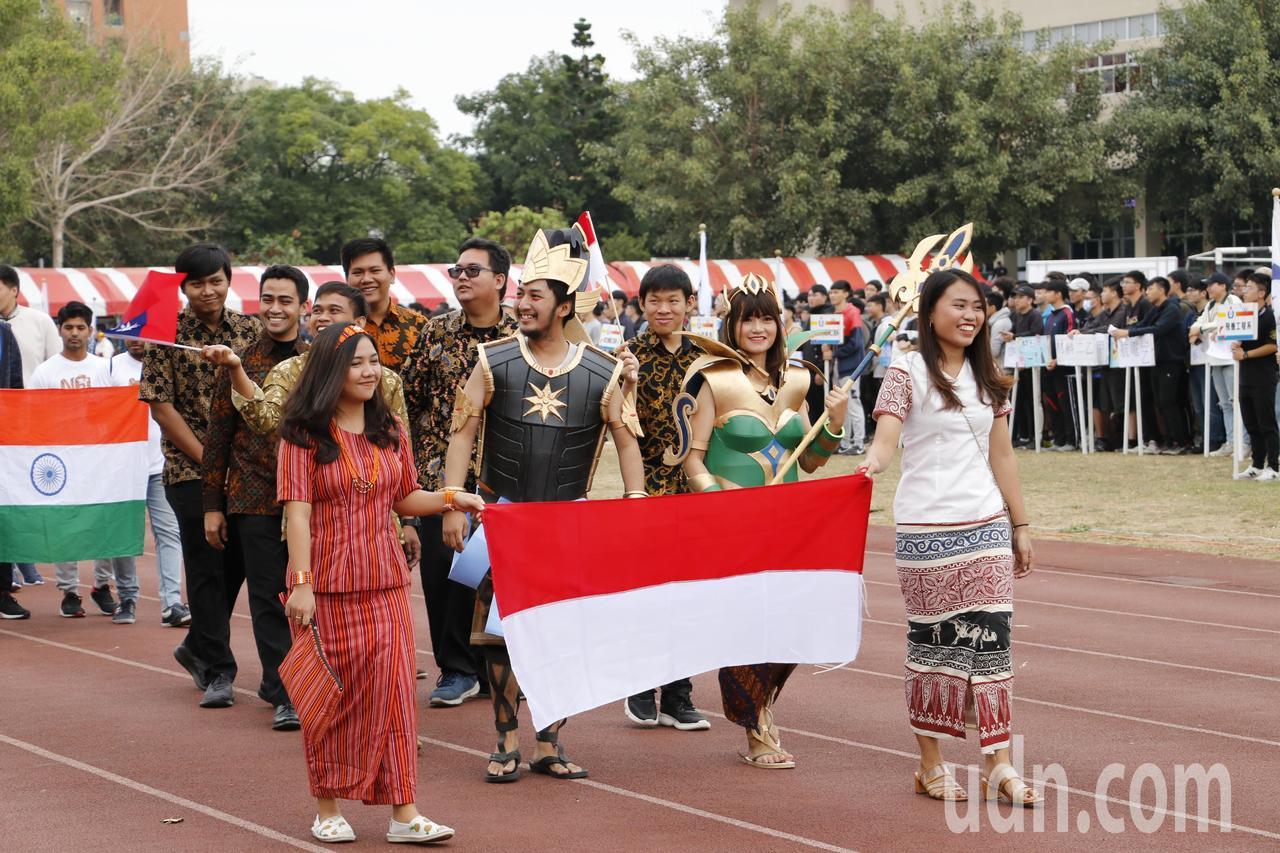 虎尾科大校慶運動會,全校外籍學生盛裝穿上自己國家服裝,帶著自己國家的國旗繞場,吸...