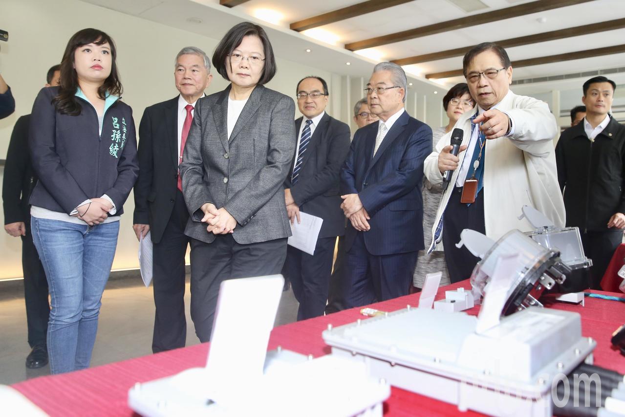蔡英文總統(左三)上午參訪康舒科技公司,聆聽職員解說產品。記者林伯東/攝影